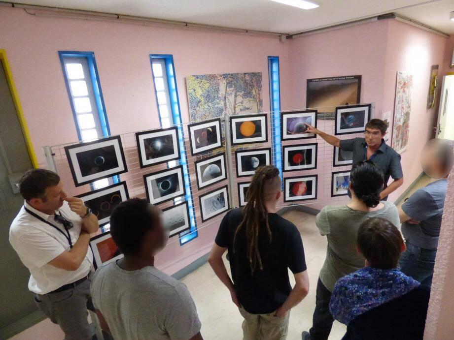Laurent Brunetto et Lionel Fromion ont guidé les détenus à travers l'exposition et ont répondu à la foule de questions qui leur ont été posées.