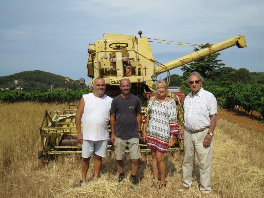 De g à d : M. Theure, le boulanger, M. Aparicio, le chef de culture, Mme Barbier, adjointe au maire et M. Delille, propriétaire du domaine.