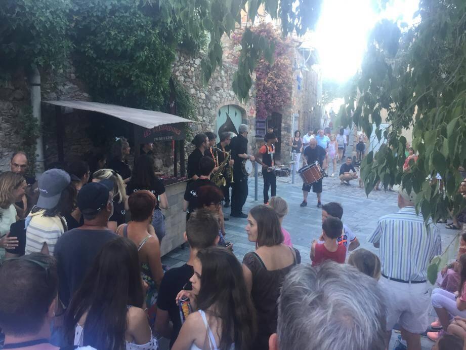 La compagnie «Ceux qui marchent debout» a ravi les spectateurs de la place Vieille pour un show aux tonalités groove et funk.