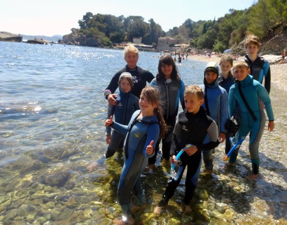 Avec Odile du naturoscope, ce groupe de jeunes vacanciers venu de Sciez en Haute-Savoie et leur animateur Florian ont découvert la faune et la flore méditerranéenne.