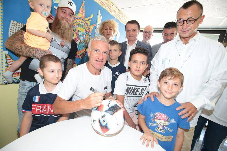 Didier Deschamps pose avec une partie des enfants malades et du personnel soignant du service d'hémato-oncologie pédiatrique.