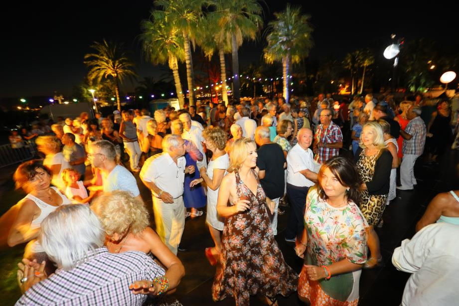 La fête bat son plein sur la piste de danse des Squares Dansants.