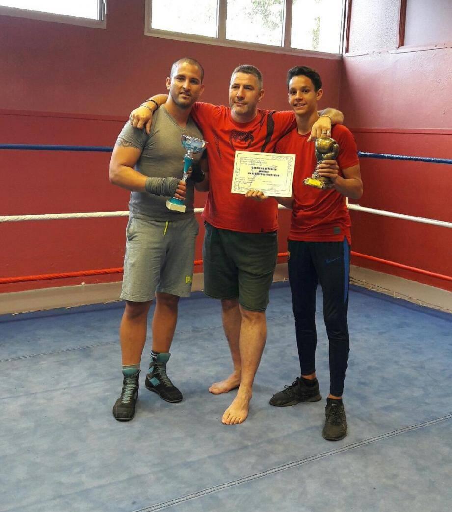 Le jeune champion (à droite) accompagné de son coach Christophe Carceles (au centre) et du champion de la région PACA adultes Lazzaro Pullido.