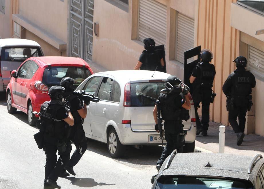 Police nationale, police municipale, sapeurs-pompiers, Raid : le déploiement des forces a été massif, hier, sur le  boulevard Wilson d'Antibes.