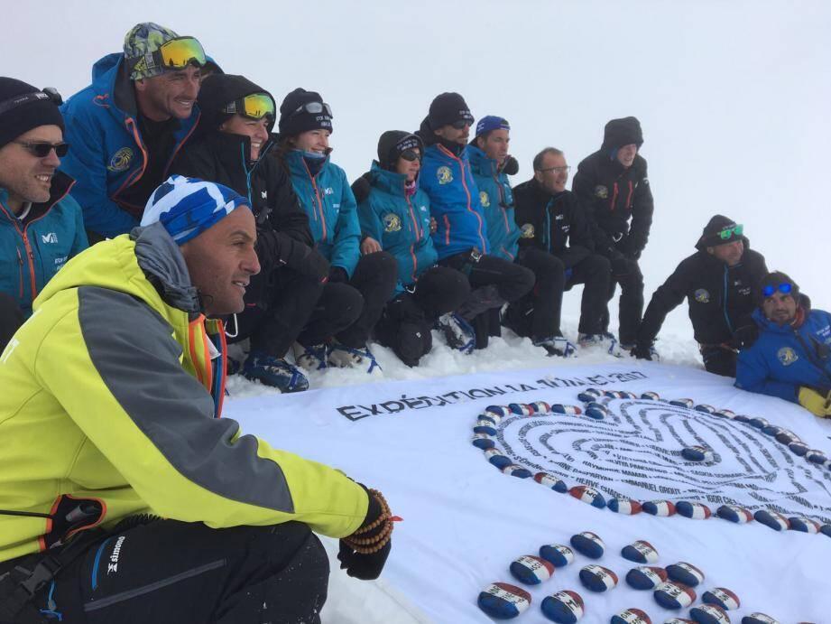 Treize des seize marcheurs engagés dans ce projet ont atteint le sommt du Stok Kangri, dans l'Himalaya, à 6153 mètres d'altitude.
