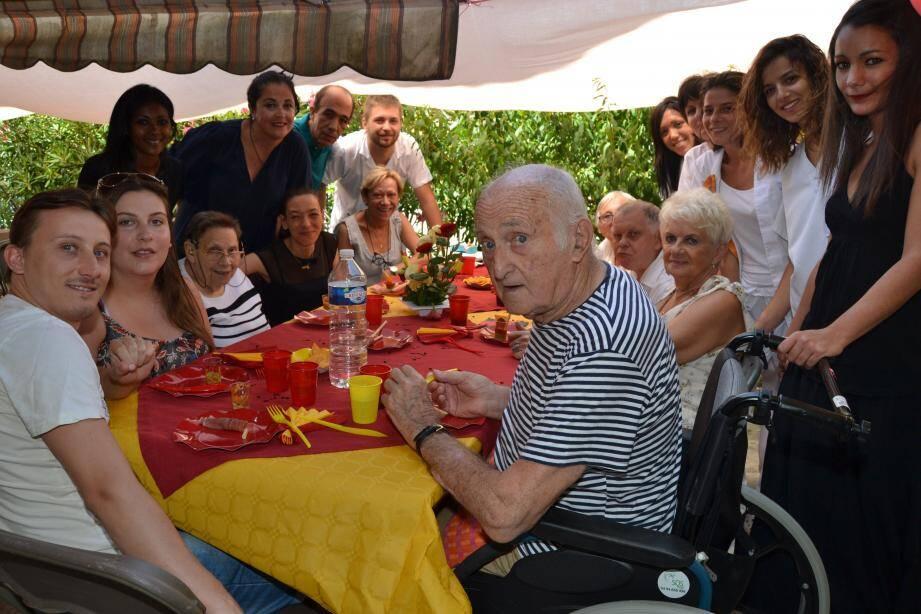 Entourés par une partie de l'équipe du Clos des Oliviers, les résidents ont dégusté un repas pour célébrer deux événements importants.