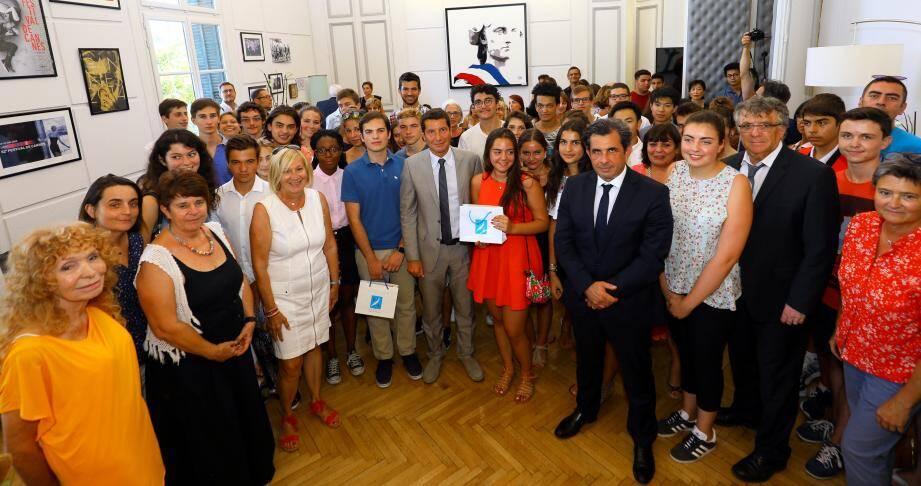David Lisnard et son équipe ont pu présenter leurs félicitations aux élèves lauréats et ainsi remettre le prix Jacqueline de Romilly.