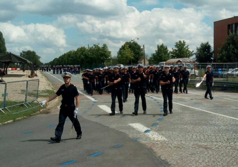 Soixante-six membres (sur un effectif de 140) de l'équipage de la frégate La Fayette se sont entraînés à défiler ces derniers jours à Satory, près de Versailles.