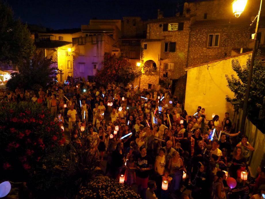 Des dizaines de Collois ont rendu hommage aux 86 victimes de Nice, hier soir.