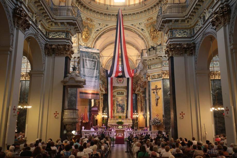 Décorée de drapeaux tricolores et de l'aigle niçois, la cathédrale Sainte-Réparate était comble hier soir.