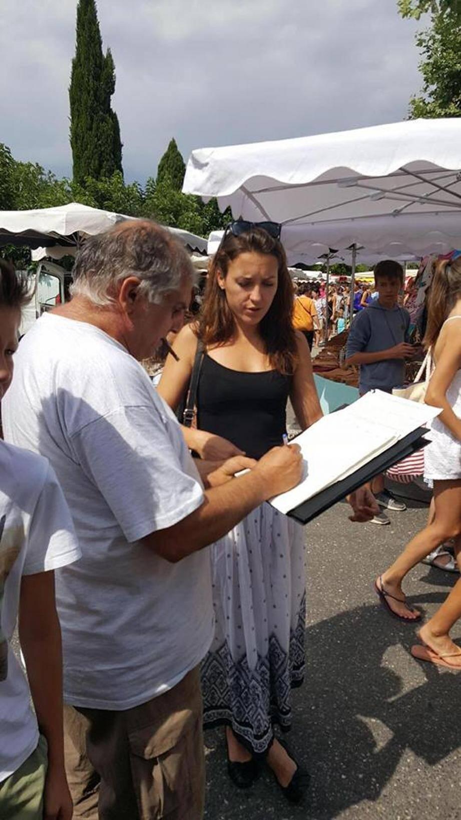 Mardi 11 juillet. La conseillère régionale a fait signer la pétition qu'elle a lancée sur le marché de Garéoult.