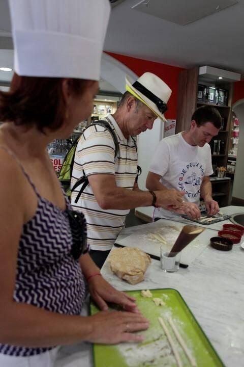 Les participants préparent des gressins pendant une étape du jeu.