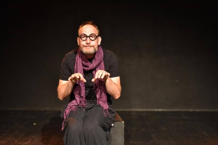 Olivier Rolland est le seul comédien sur scène, mais il fait souvent appel au public.