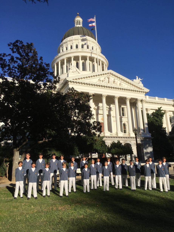 Entre deux concerts, les enfants ont pris la pose devant l'imposant bâtiment du California State Capitole à Sacramento, capitale de l'état de Californie. (DR)