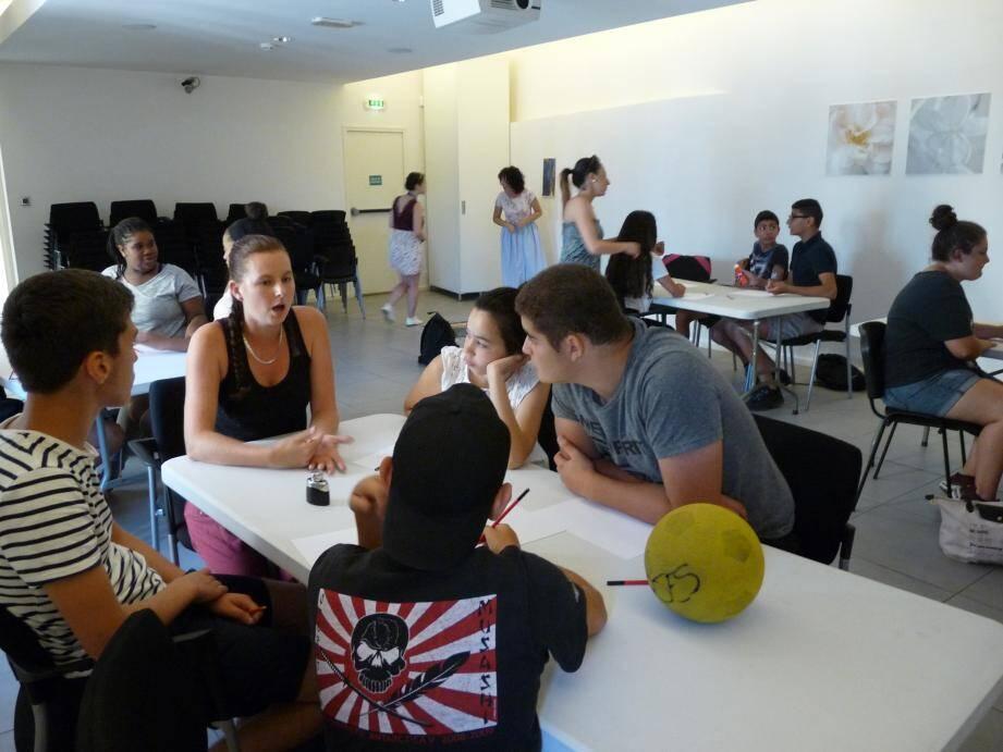 Les adolescents sont réunis dans l'auditorium du Musée.