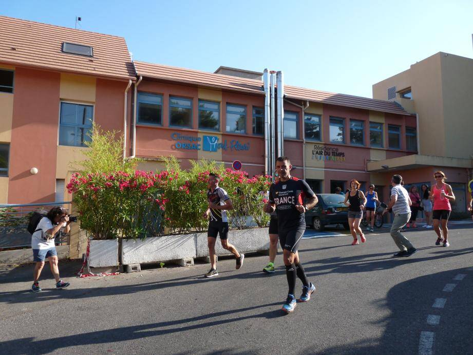 Devant la clinique Orsac Mont-Fleuri, les coureurs mettent le cap sur le littoral.