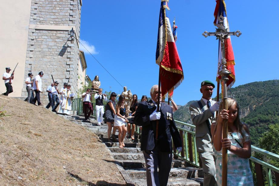 La procession après la messe célébrée par le père Bailbé.