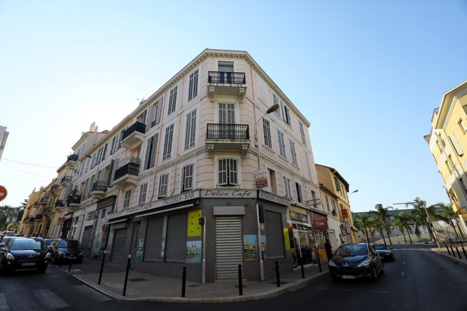 la mairie a notamment acquis le local commercial du Délice Café ainsi que l'appartement du 1er étage.