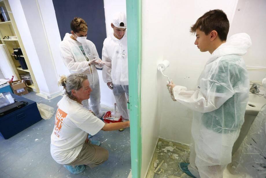 Six adolescents rénovent le centre d'accompagnement scolaire de l'école Laval, toute la semaine.