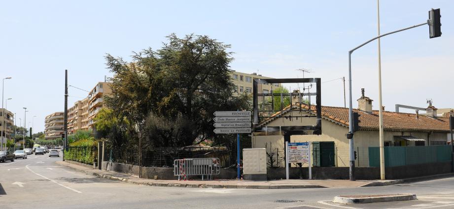 Un panneau publicitaire entièrement détruit et des habitations touchées.