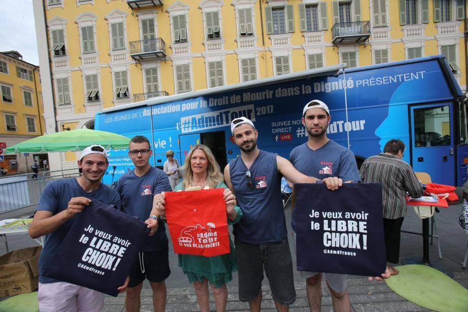 La conseillère municipale Andrée Alziari-Nègre (avec le tee-shirt riouge) est venue accueillir les jeunes itinérants.