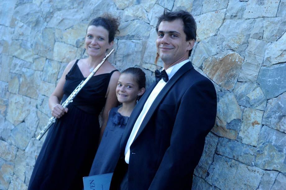 La flûtiste Véronique et le pianiste Fabien Charpentron, leur fille tournait les pages.