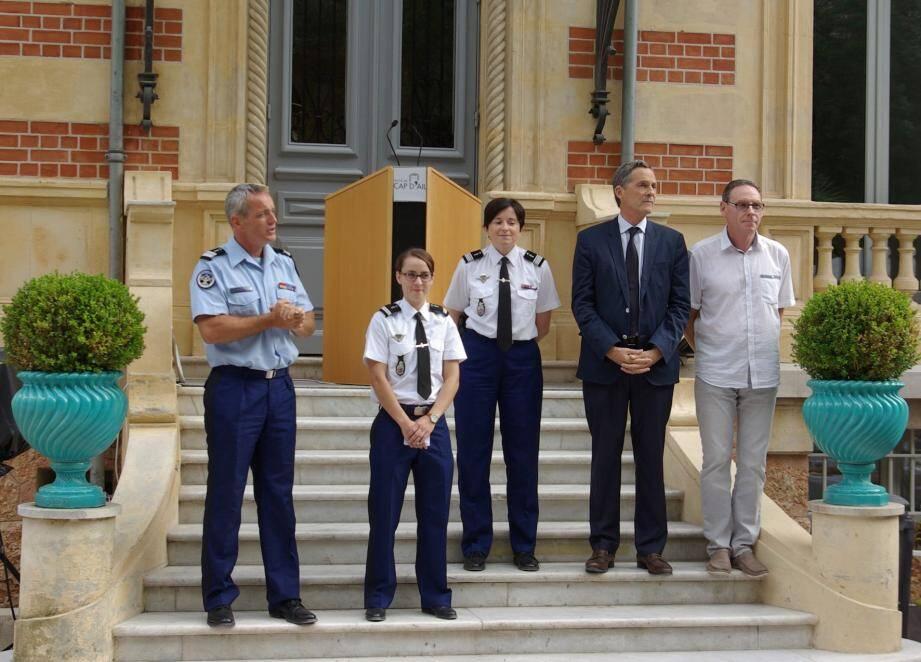 Le lieutenant Florie Escudier, entourée du colonel Vinot, du commandant Maumy, de Xavier Beck, maire de Cap-d'Ail et de Jean-Jacques Raffaele, maire de la Turbie.