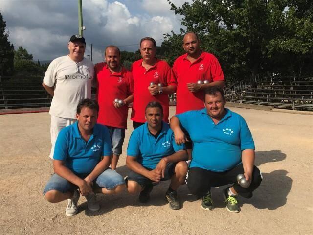 Les vainqueurs, en rouge, posent avec le président de Grasse pétanque, Claude Borsotto et les finalistes qui n'ont pas démérité, en bleu.