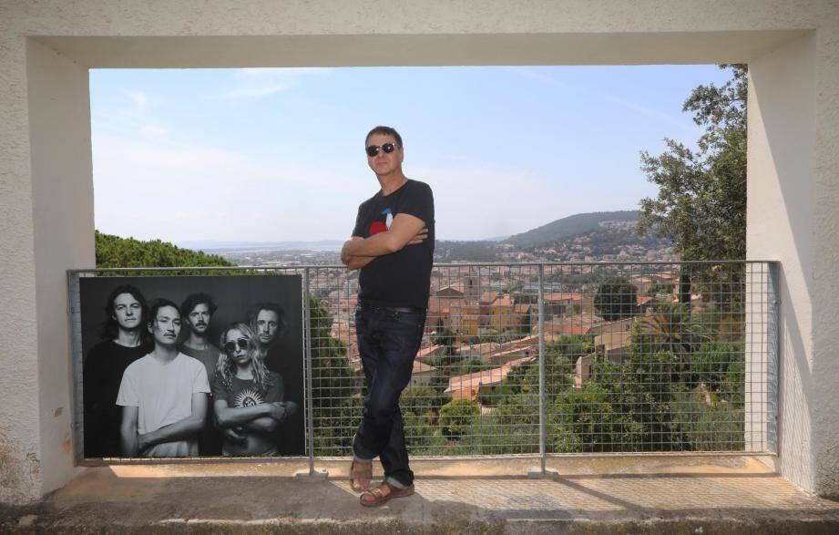 Étienne Daho est revenu faire un tour au Midi festival dont il était le président d'honneur l'an dernier. Avec dans ses bagages une partie des photos qu'il avait faites à cette occasion, que l'on peut découvrir accrochées aux grilles du jardin de la Villa Noailles, jusqu'à dimanche. Ici, avec le groupe Pumarosa.