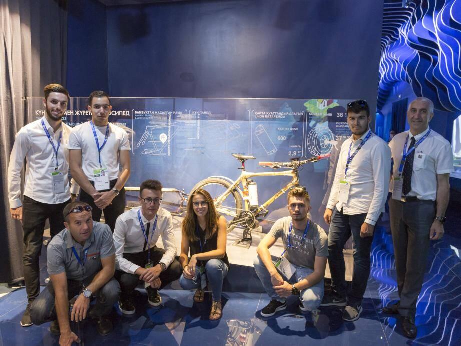 Des élèves du Lycée technique et hôtelier ont fait le déplacement au Kazakhstan pour découvrir le vélo  électrique qu'ils ont imaginé et façonné en cours. Et qui est aujourd'hui exposé au cœur du pavillon.