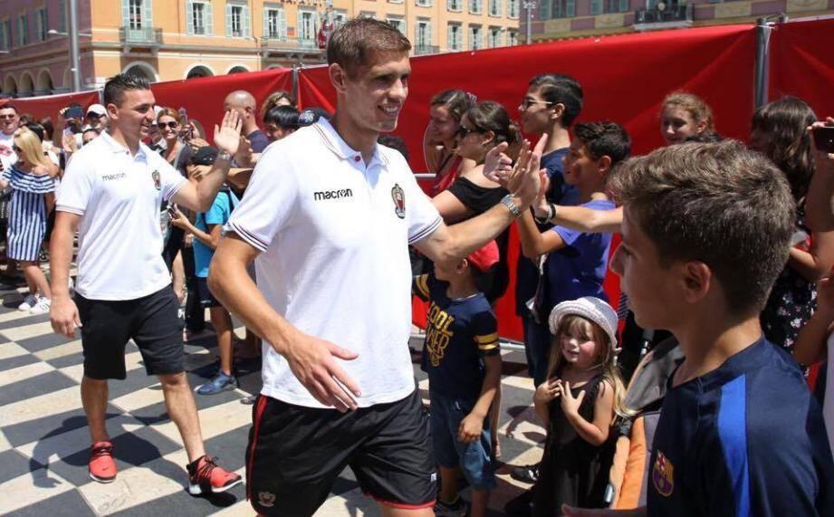 Le gardien Yoann Cardinale et le défenseur central Maxime Le Marchand à leur arrivée hier, place Masséna.