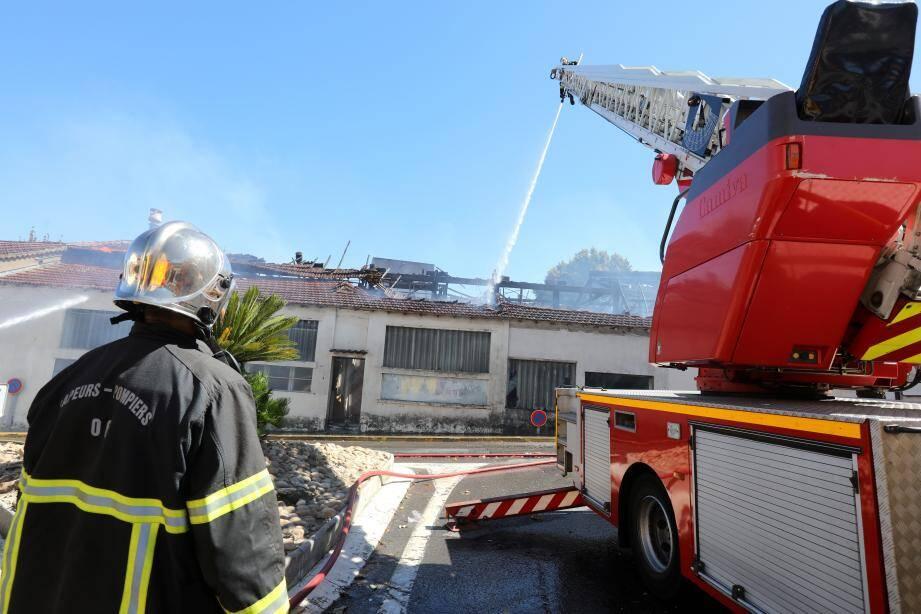 Au total, vingt-cinq sapeurs-pompiers ont été mobilisés pour circonscrire le feu.