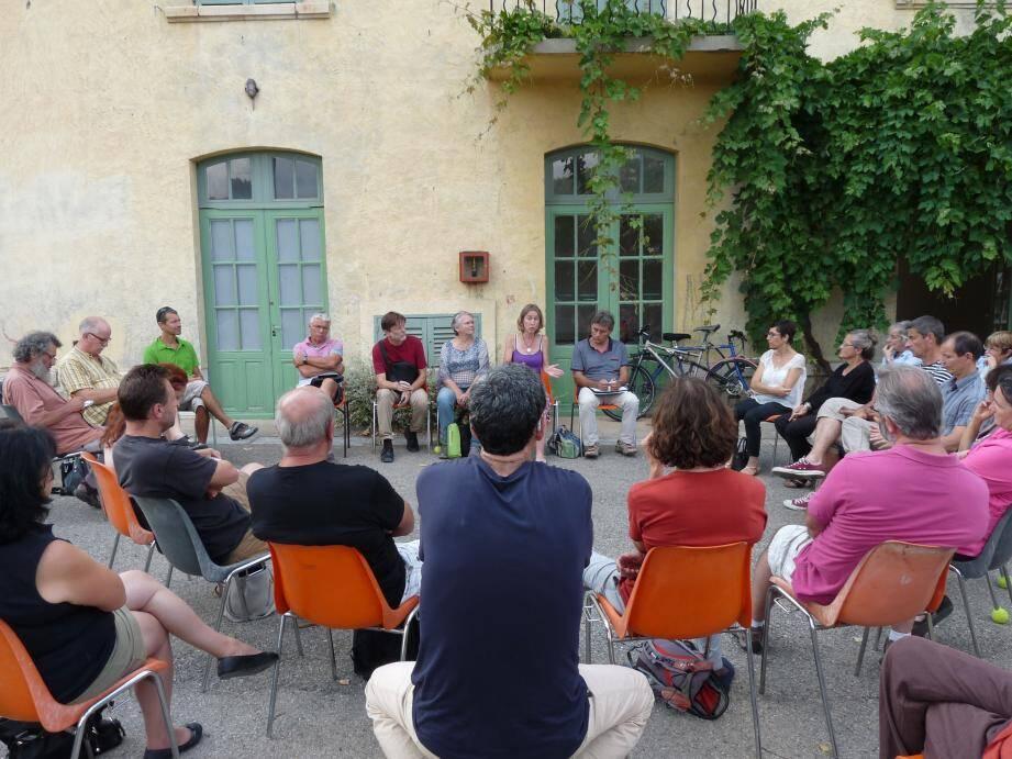 Une quarantaine de personnes ont assisté à la première réunion d'information sur la Papeterie alors qu'un projet immobilier se dessine.