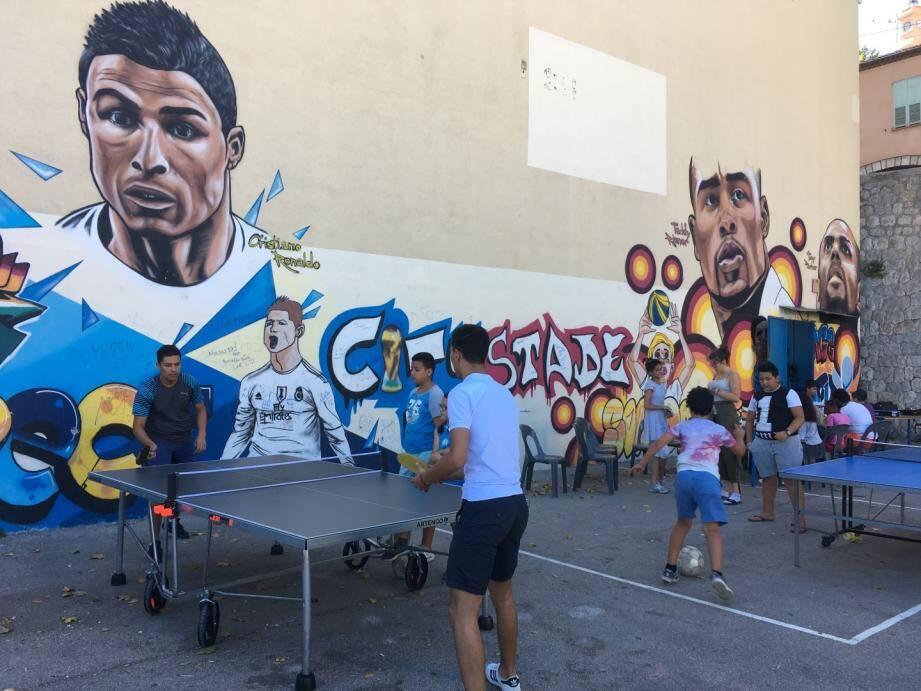 Tennis de table, football, jeux de société... de nombreuses activités sont proposées aux jeunes.
