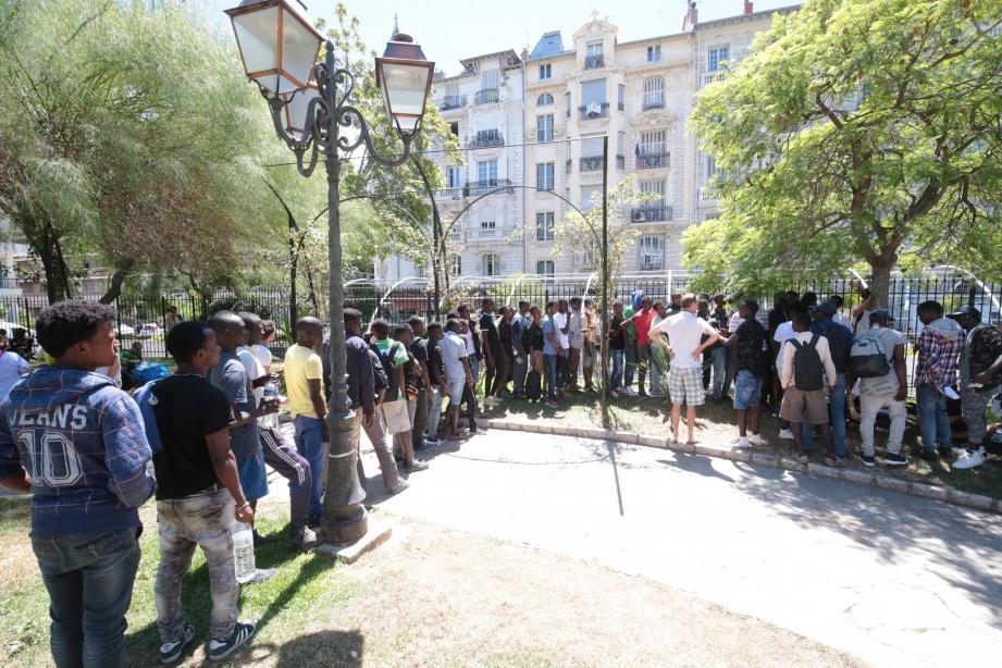À Nice, le parc D'Estienne-d'Orves étant fermé en raison des risques d'incendie, une partie des demandeurs d'asile s'est installée square Mozart.