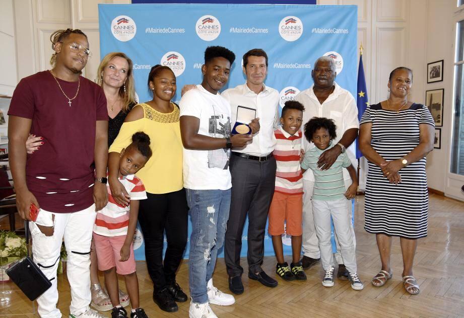 Après sa victoire à The Voice, Lisandro Cuxi est à l'honneur, en compagnie du maire de Cannes, de sa prof Clotilde Ebbo et de ses proches.