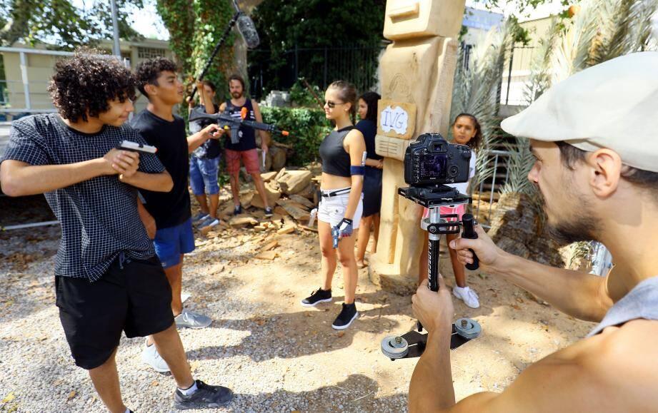 Dernière scène de tournage pour les six comédiens-techniciens, les deux réalisateurs qui ont participé au projet.
