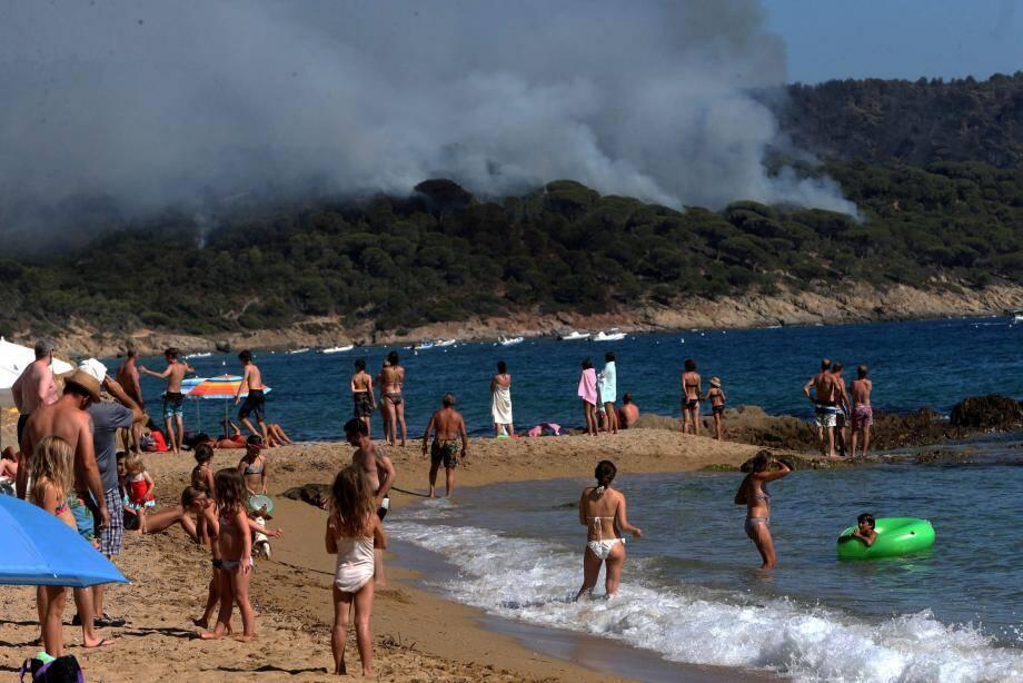 Stupéfaction pour les touristes sur la plage à la découverte de l'immense panache.