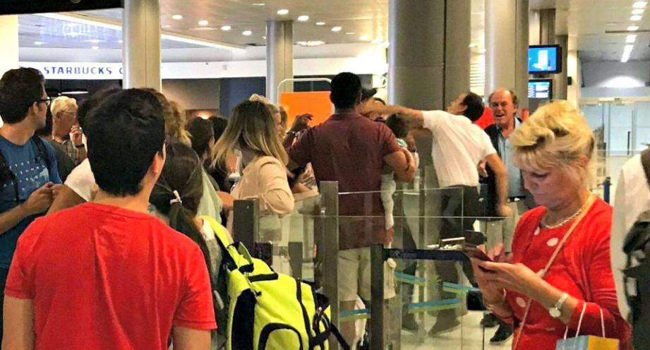 L'altercation capturée une passagère à l'aéroport.