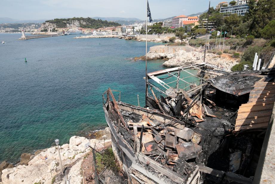 Le célèbre établissement Coco Beach, qui venait de rouvrir ses portes, près du Cap de Nice, a été totalement dévasté par un incendie. Il s'est déclaré ce vendredi soir vers 22 heures. Il n'a pas fait de victimes.