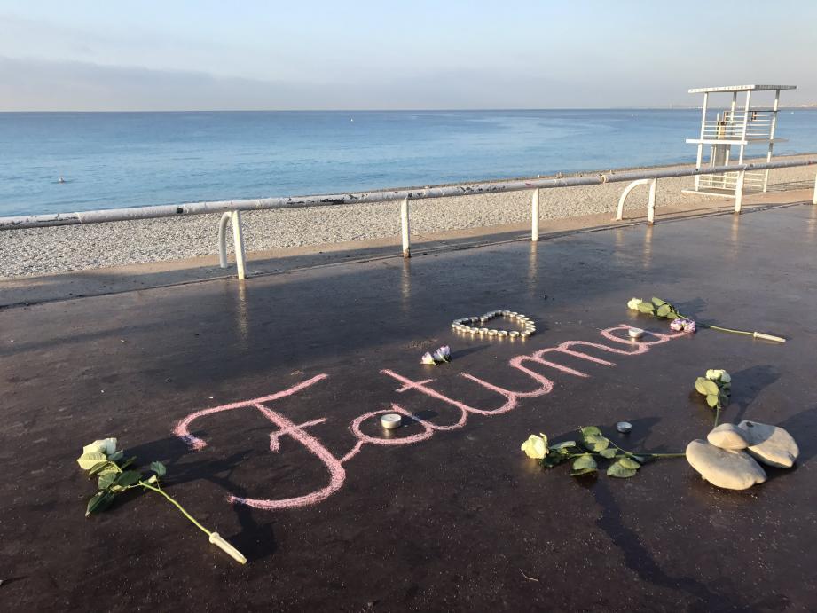 Face à la mer des prénoms de victimes ont été dessinés à la craie, entourés de fleurs et de bougies.