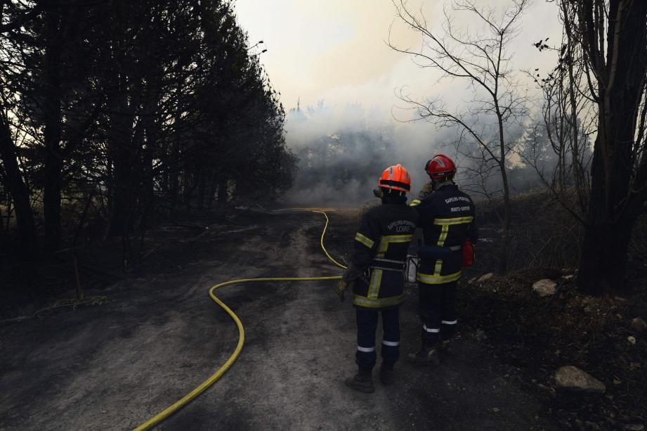 Les pompiers qui luttaient pour éteindre l'incendie, qui s'était déclaré à Saint-Cannat.