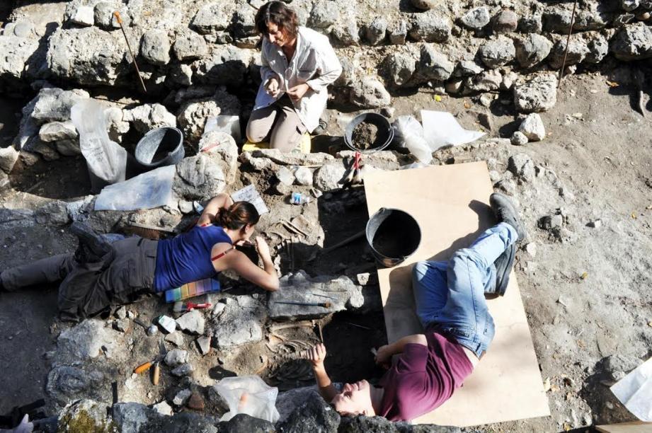 Des fouilles archéologiques sur la colline du château.