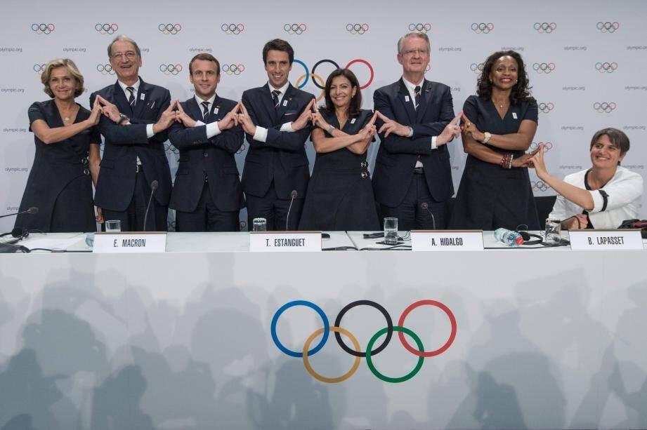 Le président Emmanuel Macron, avec l'équipe de la candidature Paris-2024.