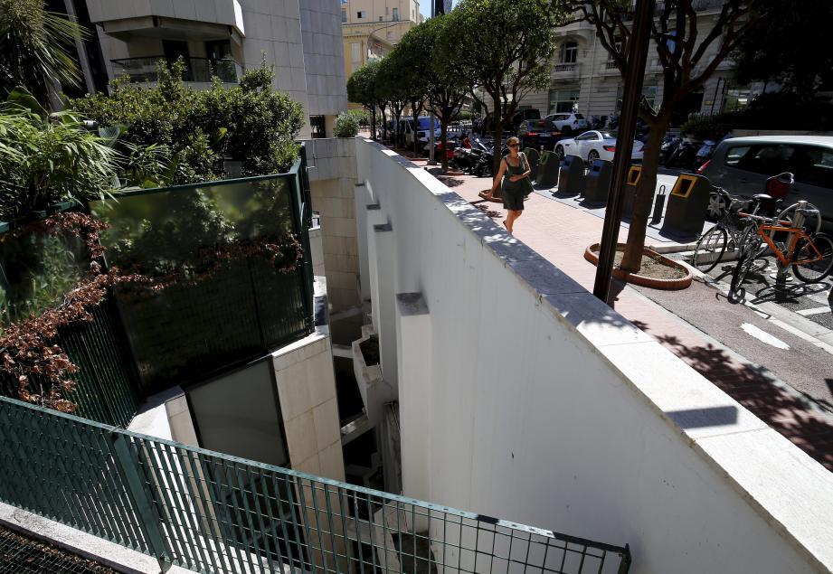 Le jeune homme  a fait une chute de 20 mètres depuis ce muret de l'avenue de Grande-Bretagne à Monaco