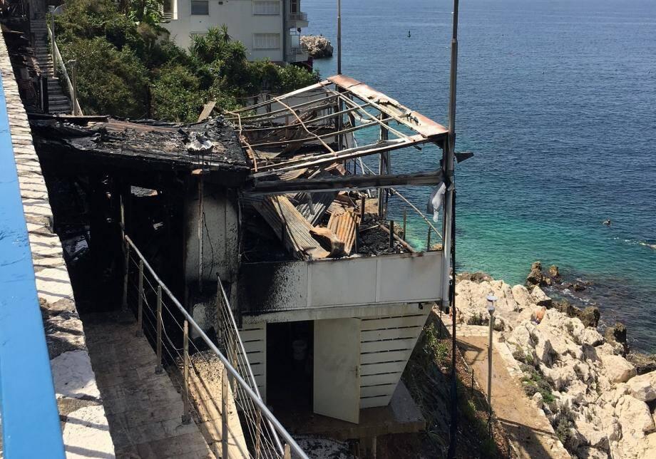 Le restaurant Coco Beach à Nice, au lendemain de l'incendie qui l'a complètement ravagé.