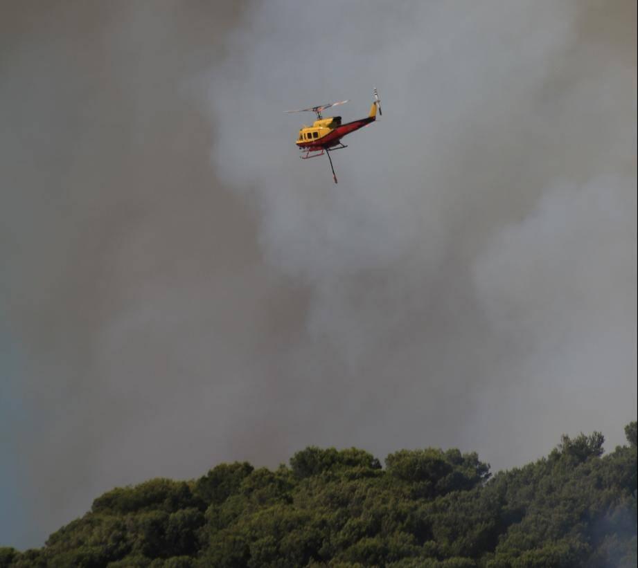 Un hélicoptère bombardier au dessus de Carros