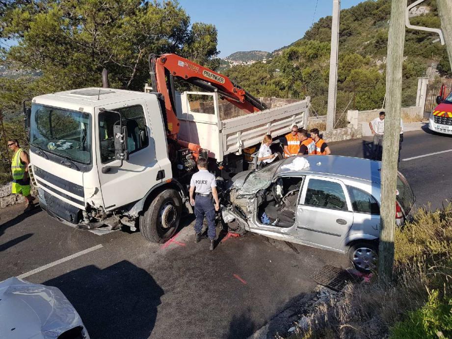 L'automobiliste est grièvement blessé aux membres inférieurs.