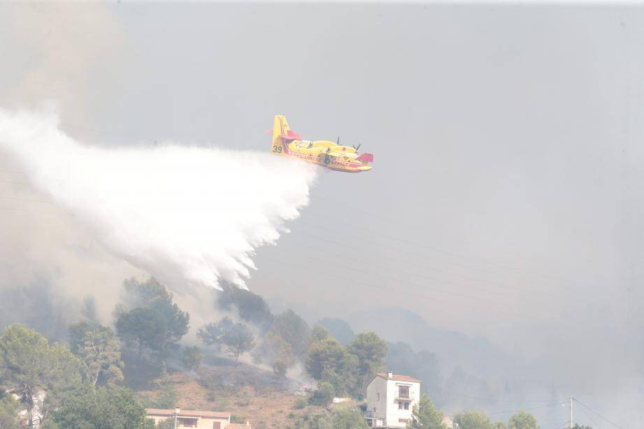 Les moyens aériens ont dû procéder à six largages de sécurité pour protéger les pompiers en difficulté sur le terrain.