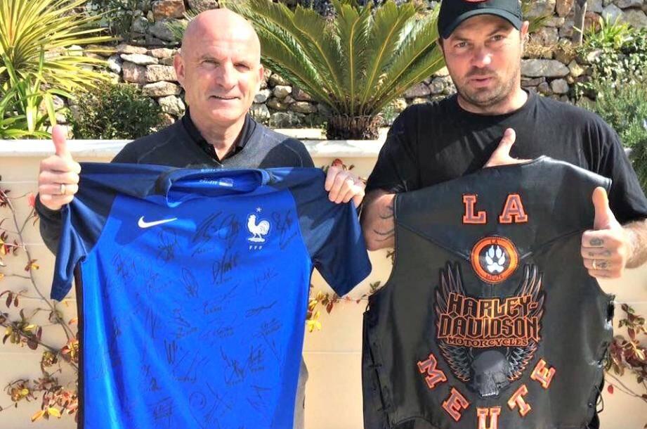 Le maillot est offert par Guy Stephan, l'adjoint de Didier Deschamps.